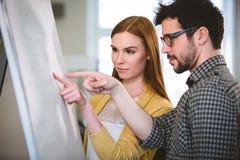 Bedrijfsmensen die op whiteboard richten Royalty-vrije Stock Foto's