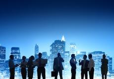 Bedrijfsmensen die in openlucht bij Nacht werken Royalty-vrije Stock Afbeeldingen