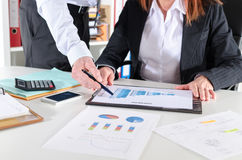 Bedrijfsmensen die over bedrijfsprestaties spreken Stock Fotografie