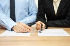 Bedrijfsmensen die over contract, manager bespreken die op c richten Stock Afbeeldingen