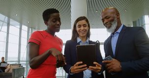 Bedrijfsmensen die over digitale tablet in bureau 4k bespreken stock videobeelden