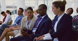 Bedrijfsmensen die over digitale tablet in een seminarie 4k bespreken stock footage