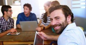 Bedrijfsmensen die over digitale tablet en laptop bespreken stock footage