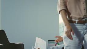 Bedrijfsmensen die over documenten debatteren Bedrijfsvrouw die document werpen stock video