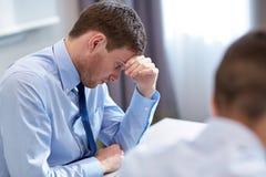 Bedrijfsmensen die probleem in bureau hebben Royalty-vrije Stock Foto's