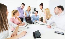 Bedrijfsmensen die project bespreken stock afbeeldingen