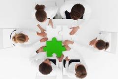 Bedrijfsmensen die raadsel assembleren Stock Foto's