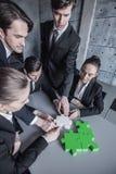 Bedrijfsmensen die raadsel assembleren Stock Fotografie