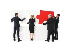 Bedrijfsmensen die raadsel assembleren Stock Afbeelding