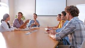 Bedrijfsmensen die samen tijdens vergadering spreken stock video