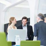 Bedrijfsmensen die smalltalk in bureau hebben Stock Foto