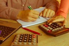 Bedrijfsmensen die Statistieken Financieel Concept analyseren Stock Afbeeldingen