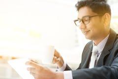 Bedrijfsmensen die tabletpc met behulp van bij koffie Royalty-vrije Stock Afbeelding