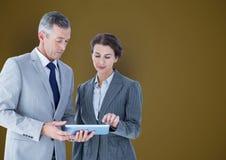 Bedrijfsmensen die tabletpc over gekleurde achtergrond met behulp van Stock Afbeeldingen