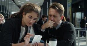 Bedrijfsmensen die telefoon doorbladeren stock videobeelden