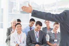 Bedrijfsmensen die tijdens het meting luisteren Stock Foto's