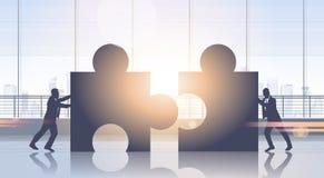 Bedrijfsmensen die van het de Brainstormingsproces van het Raadseldeel het Groepswerkstrategie duwen stock illustratie