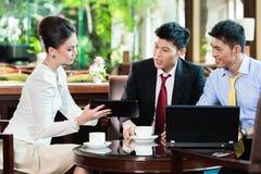 Bedrijfsmensen die in vergadering bespreken stock afbeeldingen