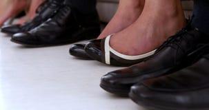 Bedrijfsmensen die voeten schudden die zenuwachtig op gesprek wachten stock videobeelden