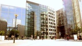 Bedrijfsmensen die voor bureaugebouwen lopen stock footage