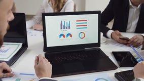 Bedrijfsmensen die voor financiële de analysestrategie werken die van de handelgroei laptop met behulp van Moderne bedrijfsinnova stock video