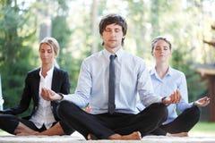 Bedrijfsmensen die Yoga doen Royalty-vrije Stock Foto