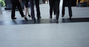 Bedrijfsmensen die in zaal lopen