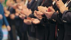 Bedrijfsmensen die zich in de rij op de conferentie bevinden en hun handen slaan - applaus stock video