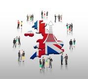 Bedrijfsmensen die zich met ladderpijl en Britse vlag bevinden Royalty-vrije Stock Fotografie