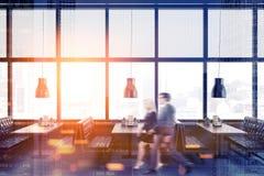 Bedrijfsmensen in een panoramisch restaurant Stock Afbeeldingen