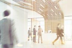 Bedrijfsmensen in een ruimte met gestemde pijpen, Stock Fotografie