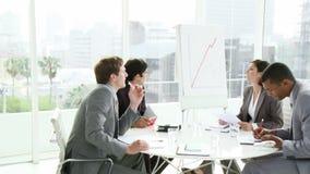 Bedrijfsmensen in een vergadering in een bureau stock footage