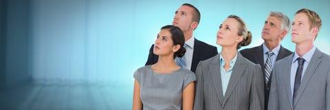 Bedrijfsmensen en bureau met gloed lichtbron stock afbeeldingen