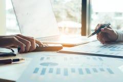 Bedrijfsmensen en cha die van het analyse rapport samenwerken stock fotografie