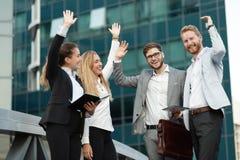 Bedrijfsmensen en medewerkers buiten royalty-vrije stock afbeeldingen