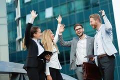 Bedrijfsmensen en medewerkers buiten royalty-vrije stock afbeelding