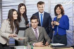 Bedrijfsmensen in het bureau royalty-vrije stock afbeeldingen
