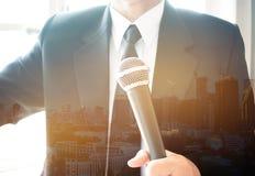 Bedrijfsmensen het spreken of de toespraak met microfoons investeert ongeveer Stock Fotografie