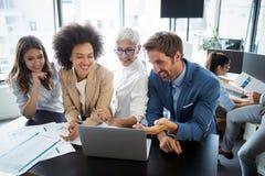 Bedrijfsmensen het werken en brainstorming in bureau stock afbeeldingen