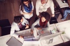 Bedrijfsmensen - Ideeën, creativiteit, planning, het samenkomen, bureau a stock foto's