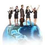 Bedrijfsmensen in kostuums die zich ter wereld bevinden Royalty-vrije Stock Foto's