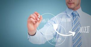 Bedrijfsmensen medio sectie die de witte krabbel van het venndiagram trekken tegen blauwe achtergrond royalty-vrije stock afbeeldingen