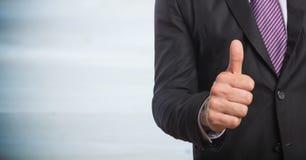 Bedrijfsmensen medio sectie die duimen opgeven tegen onscherp grijs houten paneel royalty-vrije stock afbeelding