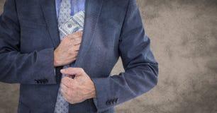 Bedrijfsmensen medio sectie die geld wegzetten tegen bruine grungeachtergrond Stock Afbeelding