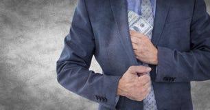 Bedrijfsmensen medio sectie die geld wegzetten tegen witte grungeachtergrond Stock Foto's