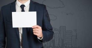 Bedrijfsmensen medio sectie met lege kaart tegen grijze achtergrond Stock Fotografie
