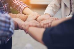 Bedrijfsmensen meetingWork bureaus, werkplaatsen, zaken en het industriële werk Het groepswerk is een groot team van succesvolle  stock afbeelding
