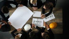Bedrijfsmensen met bouwblauwdruk