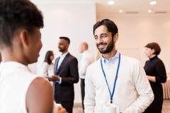 Bedrijfsmensen met conferentiekentekens en koffie Royalty-vrije Stock Foto