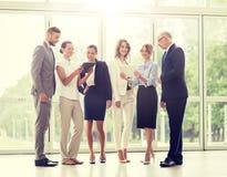 Bedrijfsmensen met de computers van tabletpc op kantoor royalty-vrije stock afbeeldingen